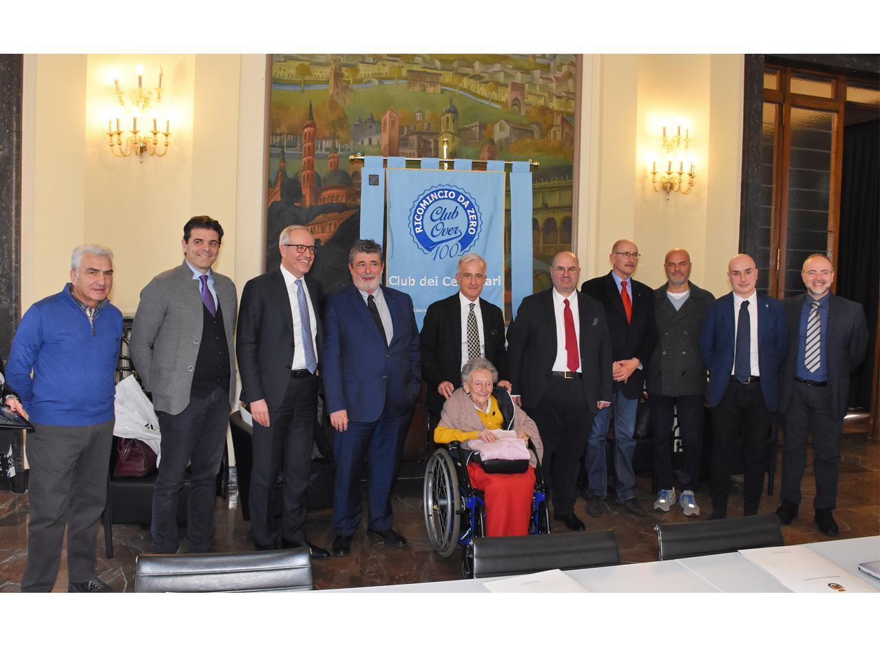Il presidente Fabio Bui con la signora Moro testimonial dell'evento e i sostenitori dell'iniziativa.