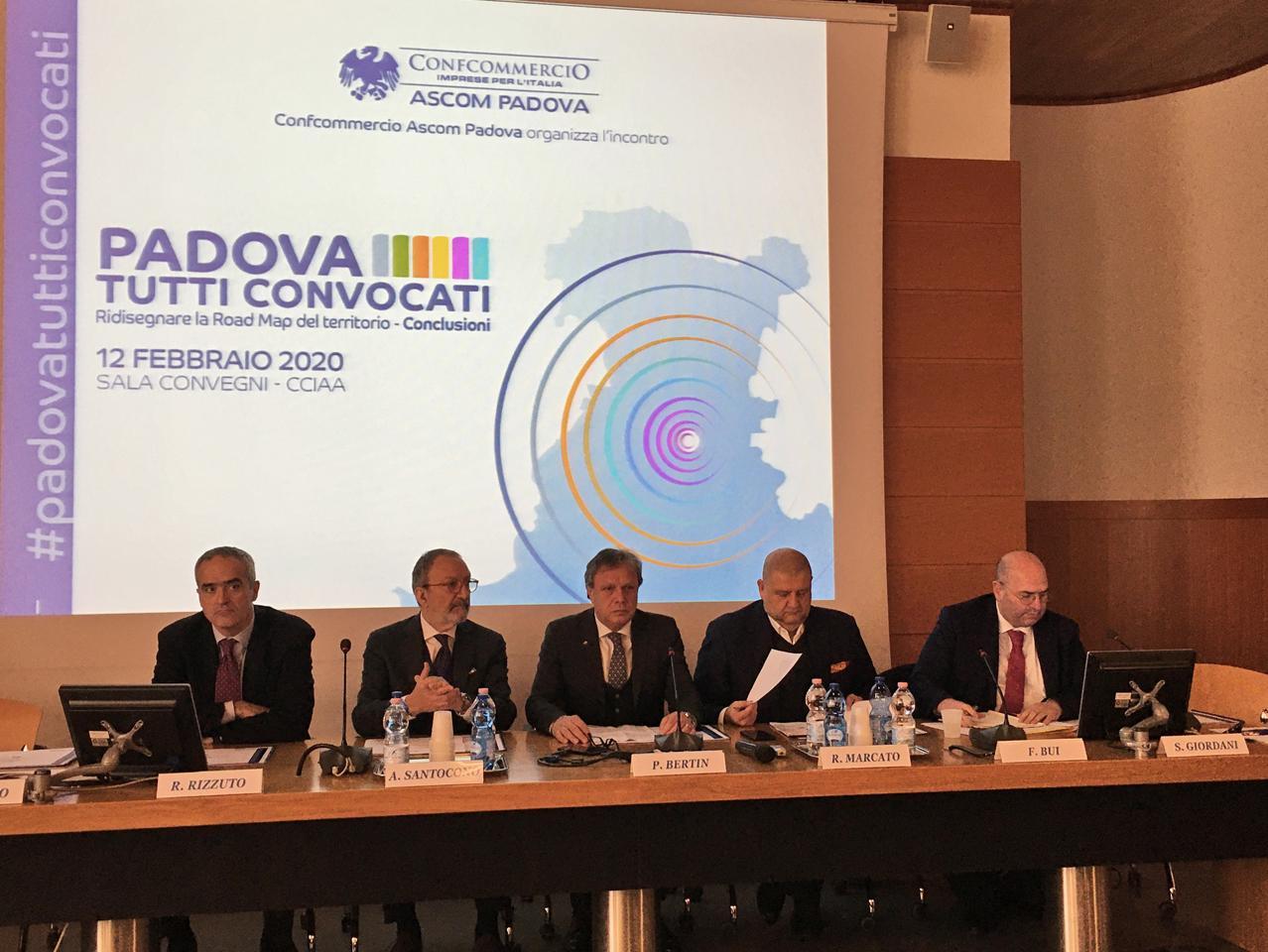 Tavolo dei relatori all'incontro Padova tutti convocati