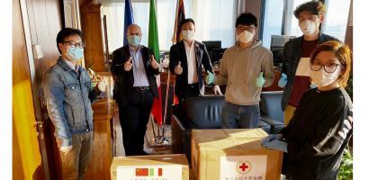 Il presidente Fabio Bui riceve in dono dai cinesi le mascherine