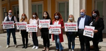 Tutti i partecipanti all'iniziativa davanti al Teatro Verdi di Padova